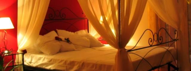 Camera da letto romantica Afrodite con letto a baldacchino