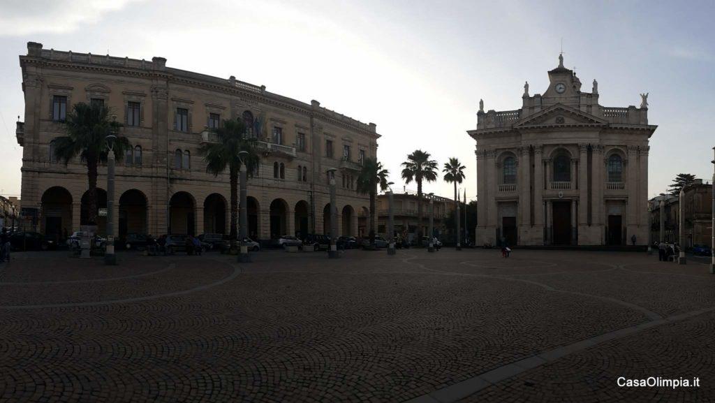 Riposto Piazza Duomo San Pietro e il Municipio