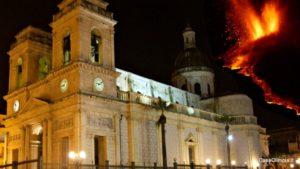 Giarre il Duomo durante una delle eruzioni dell'Etna