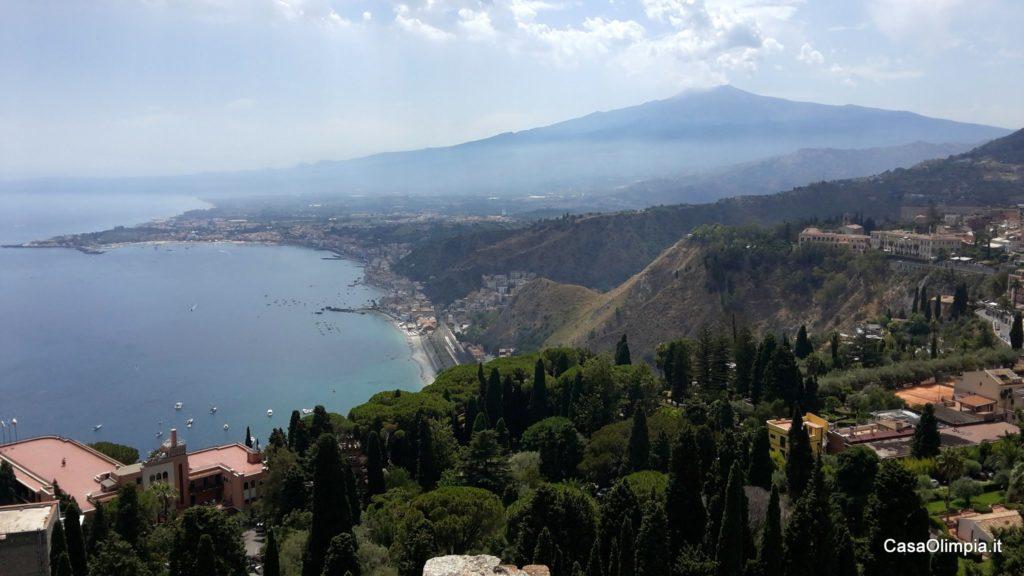Vacanze in Sicilia Etna vista da Taormina la baia e Giardini-Naxos