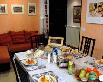 La colazione servita al tavolo e a buffet