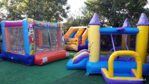 Per i bambini in estate parco giochi con gonfiabili a pagamento