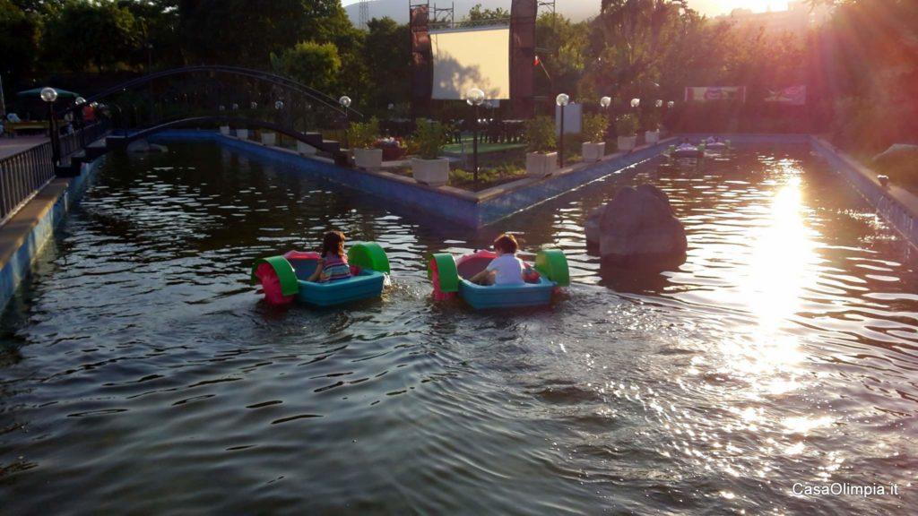 Per i bambini in estate parco giochi con piscina per barchette a pagamento