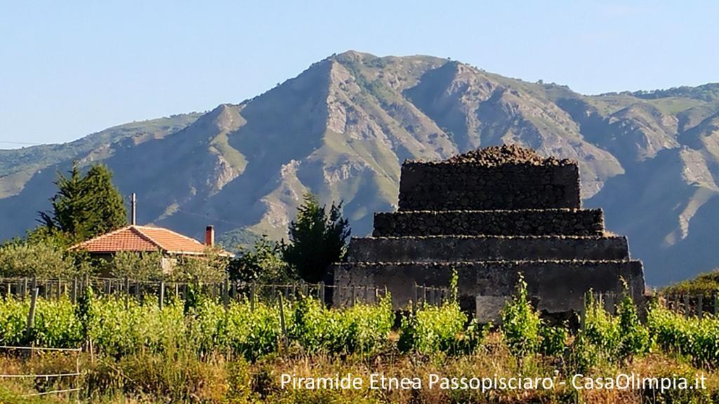Piramidi dell'Etna ecco quella sita sulla SS120 poco dopo Passopisciaro – Castiglione di Sicilia