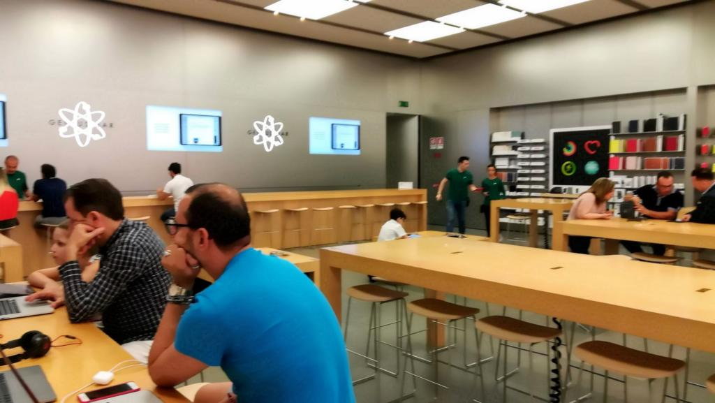 Apple Store Catania sessione Today at Apple e dietro Genius Bar